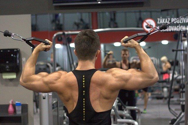 Mann im Fitness Studio