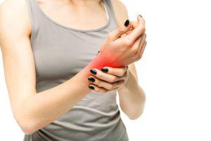 Frau mit Handgelenkschmerzen