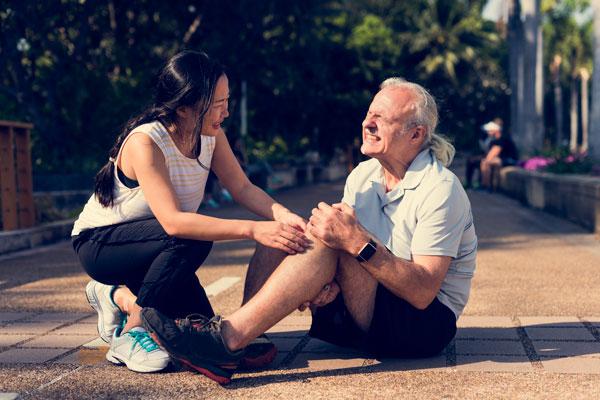Alter Mann mit Knieschmerzen
