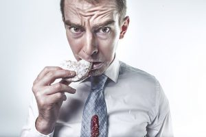 Mann isst Keks